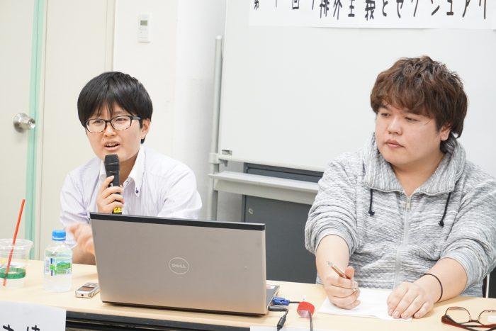 マサキと遠藤まめたが並んで座っている。講演の様子。
